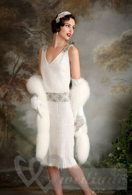 Retro wedding dress with white fur