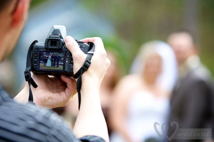 What is needed for ideal wedding photo session?