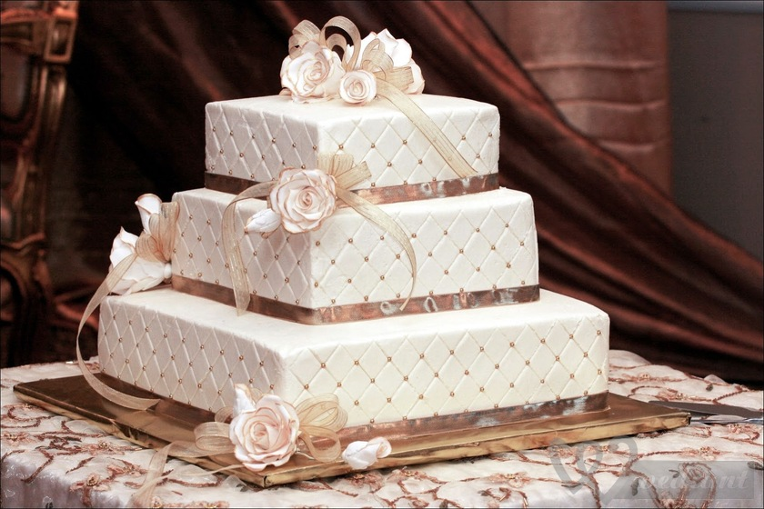 How to bake a wedding cake at home?
